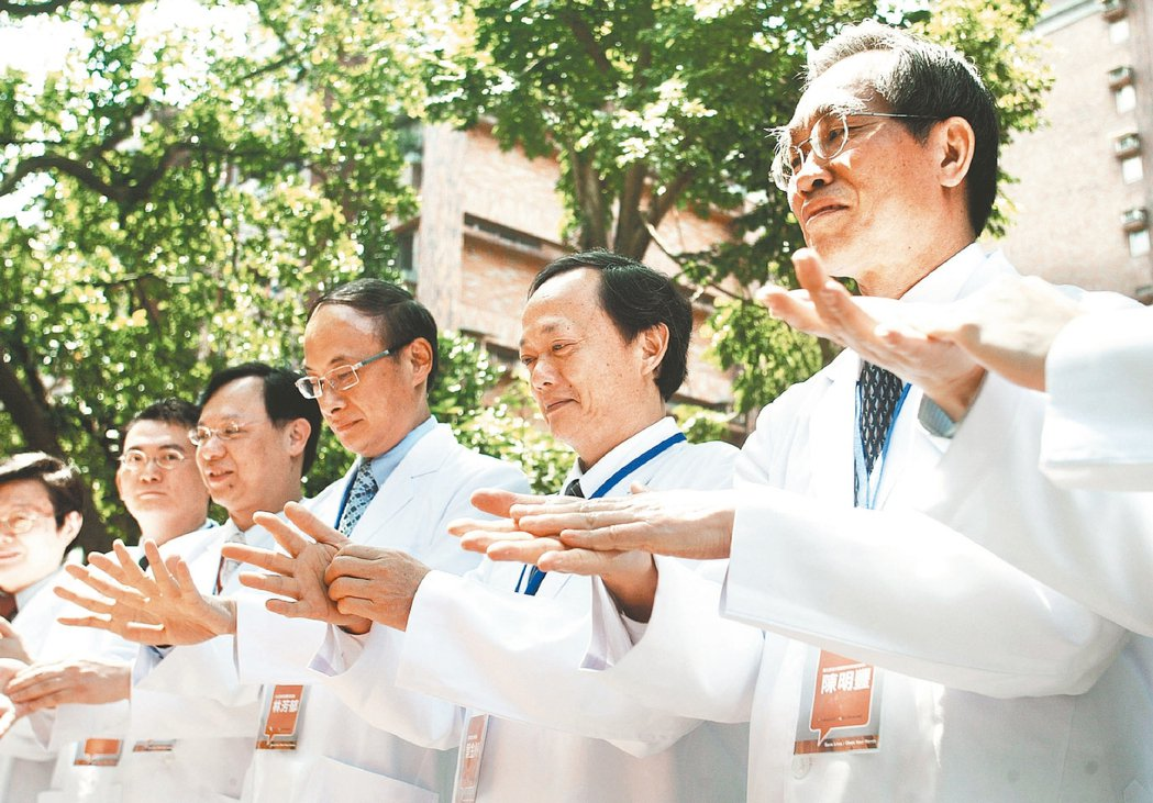 這場景是不是神似新冠肺炎?抗煞時期葉金川(右二)也曾與各大醫院院長宣導洗手防疫。...