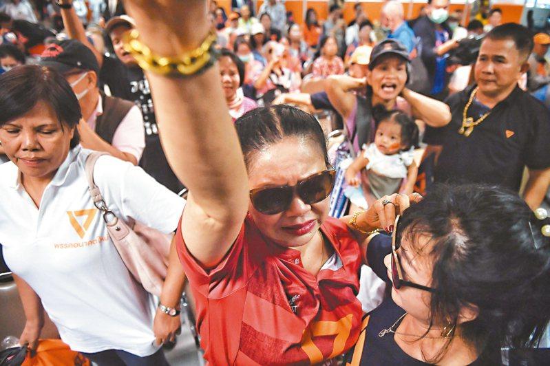 泰國未來前進黨支持者在中央黨部抗議判決。 法新社