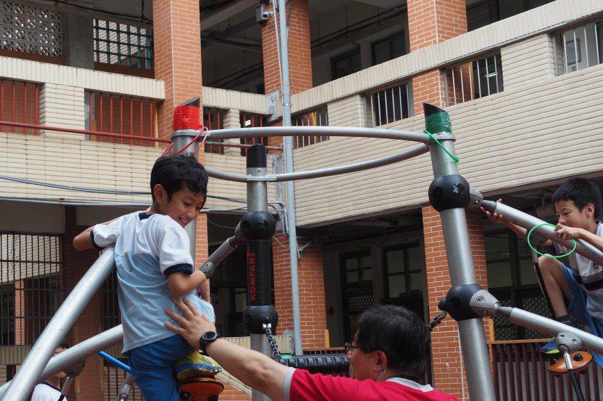 日本社企LITALICO送暖特殊學童,今來台分享經驗。圖為台北市建安國小的共融式...