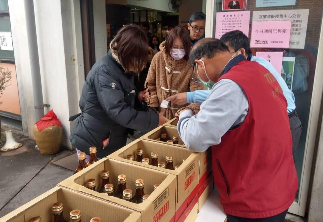 具有110年歷史的宜蘭酒廠原本以生產紅露酒為主,為了配合防疫,首度把紅露酒生產線...