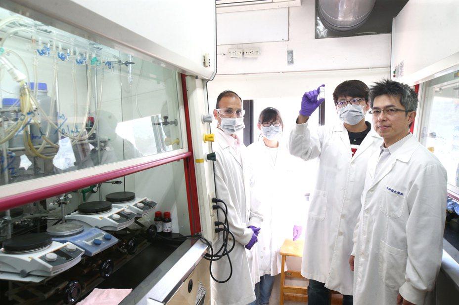 中研院化學所7人團隊在短短2周內合成百毫克級「瑞德西韋」,為我國防疫後盾。記者蘇健忠/攝影