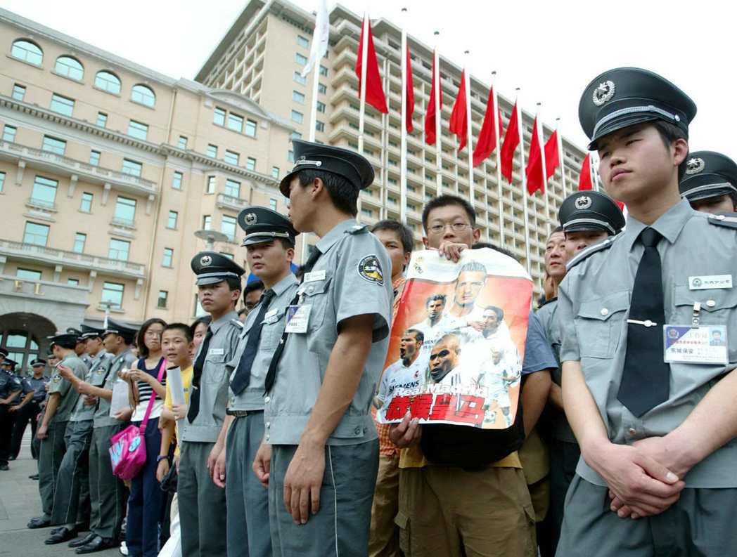 2003年大批粉絲在皇馬下榻的北京飯店外駐足,希望一睹球星風采。(路透)