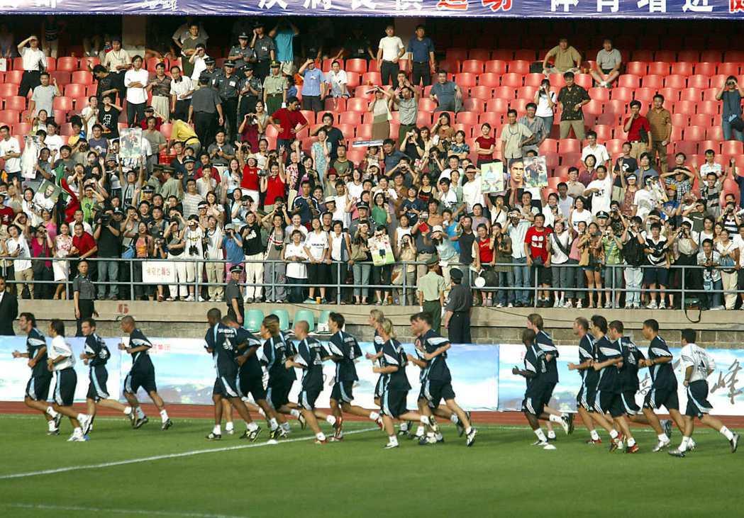 西甲豪門勁旅皇馬在2003年8月訪問中國,引發轟動。圖為當時皇馬球員在北京工人體...