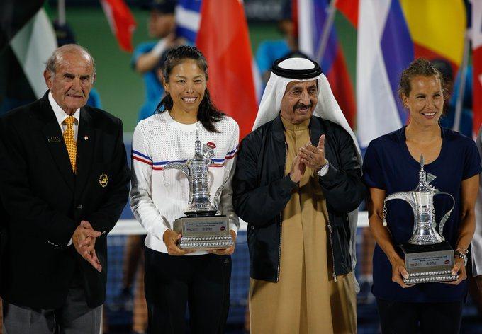 謝淑薇(左二)與搭檔贏得杜拜女網賽雙打冠軍。 擷圖自WTA官方推特。
