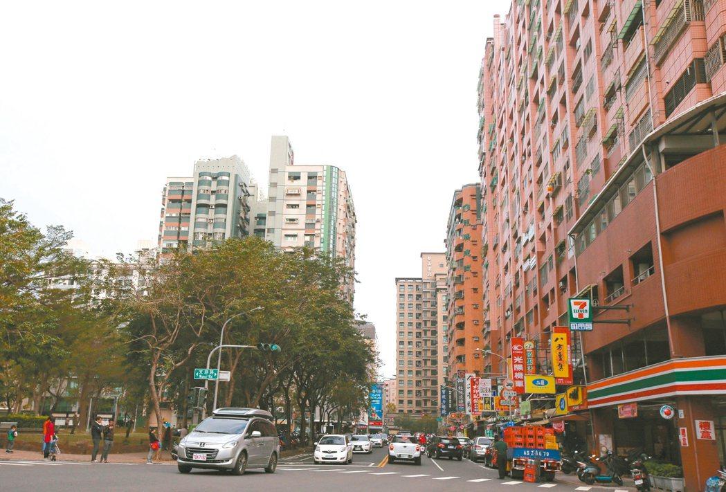 高雄榮總附近商圈交通便利、機能完善,房價逐步走高。 記者劉學聖/攝影
