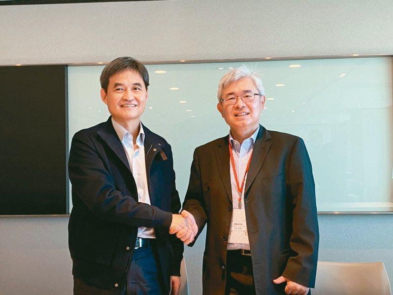 文曄董事長鄭文宗(左)、祥碩總經理林哲偉(右)說明雙方交換股份合作規劃。 記者李孟珊/攝影