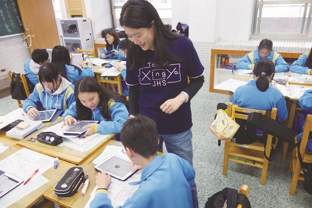 林淑媛(中)在教學上善用Google 地圖及數位工具,讓課程更活潑。 攝影/陳胤...