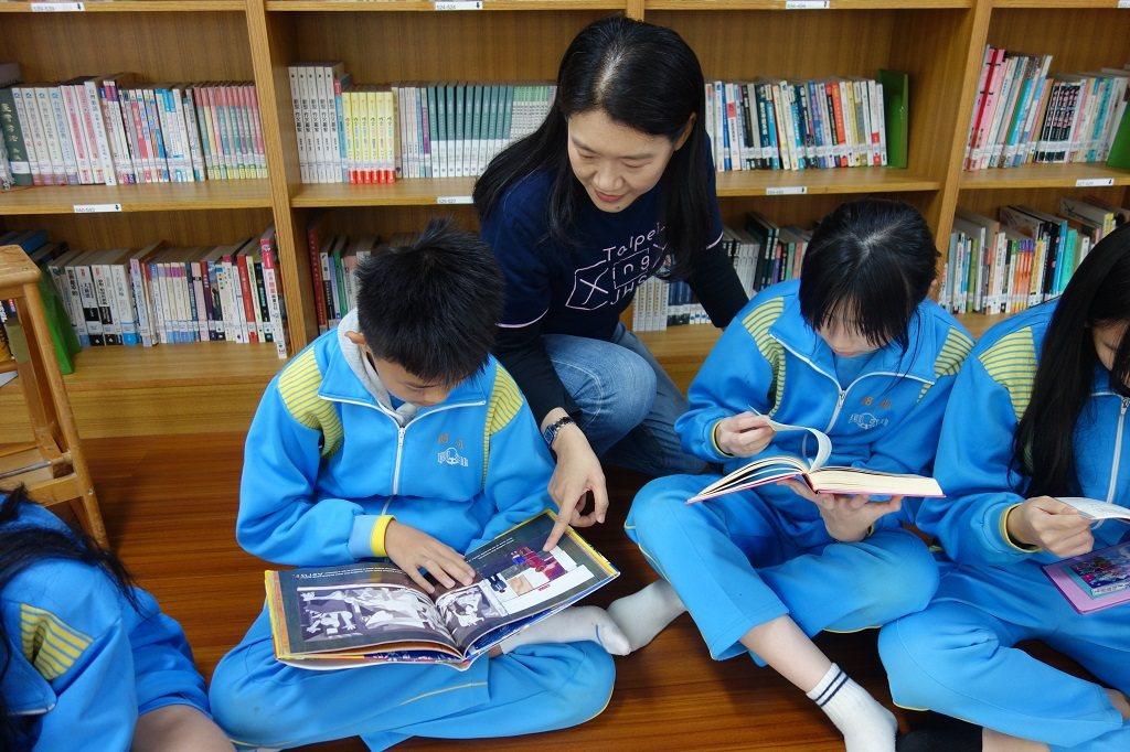 林淑媛(中)鼓勵學生把圖書館當作遊樂場般探索,認識書籍類別的多元性。 攝影/陳胤...