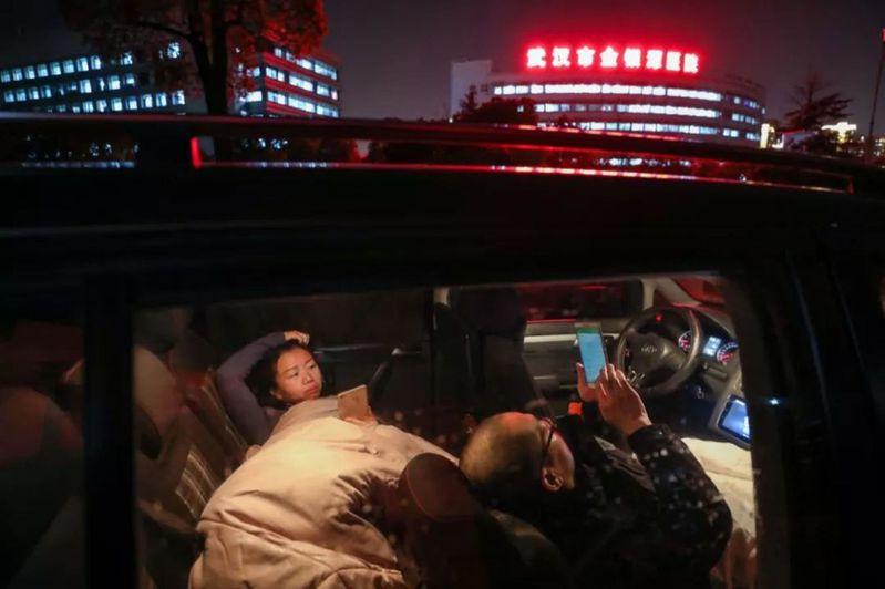 房間讓給外地醫生,醫護夫妻晚上睡車裡20多天… 取自人民網
