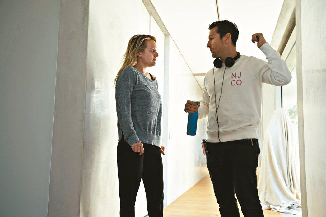 導演雷沃納爾(右)與伊莉莎白摩斯合作拍攝「隱形人」。 圖/UIP提供