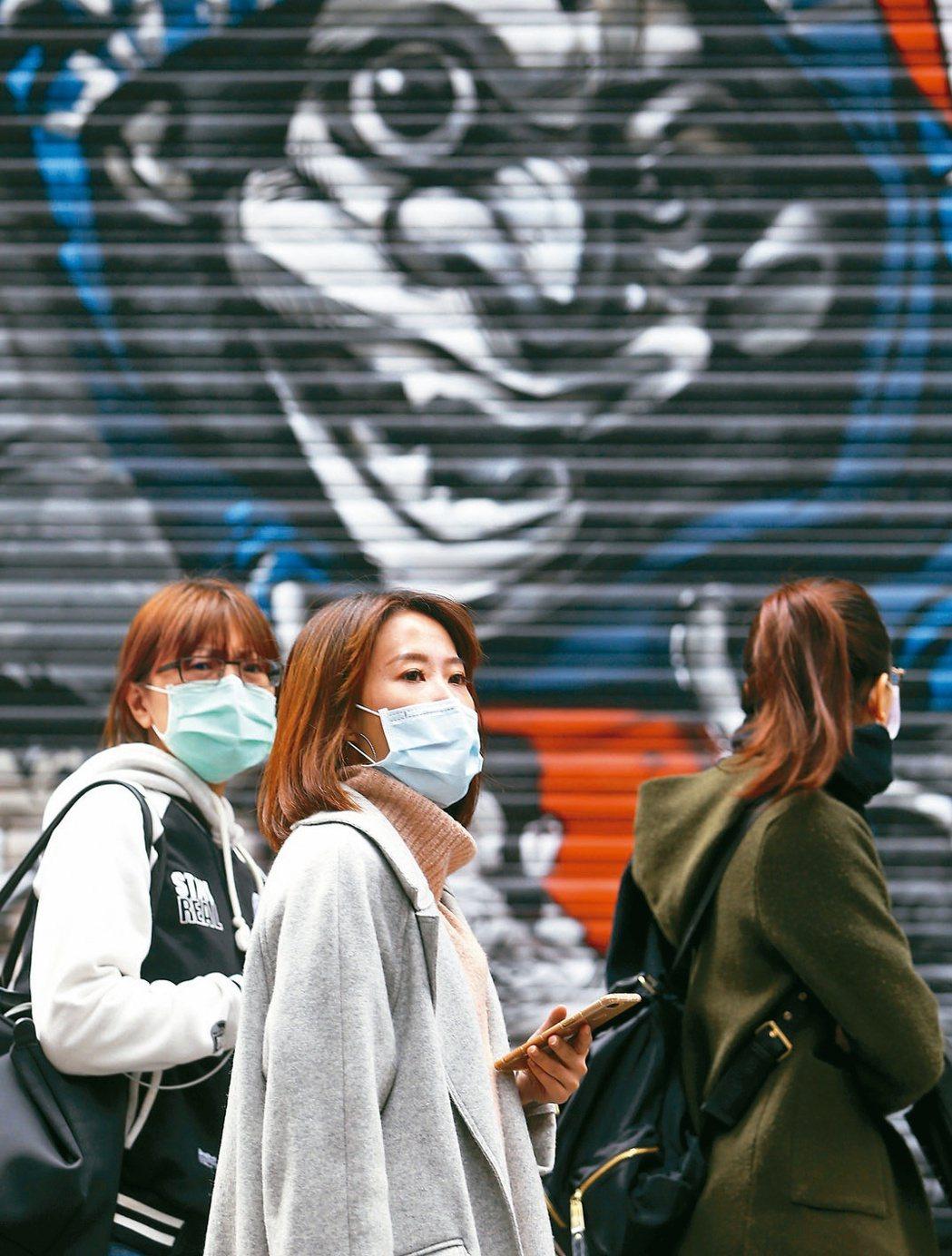 新冠肺炎迅速蔓延全球,疫情何時終結充滿不確定性。圖為帶著口罩的民眾。 圖/聯合報...