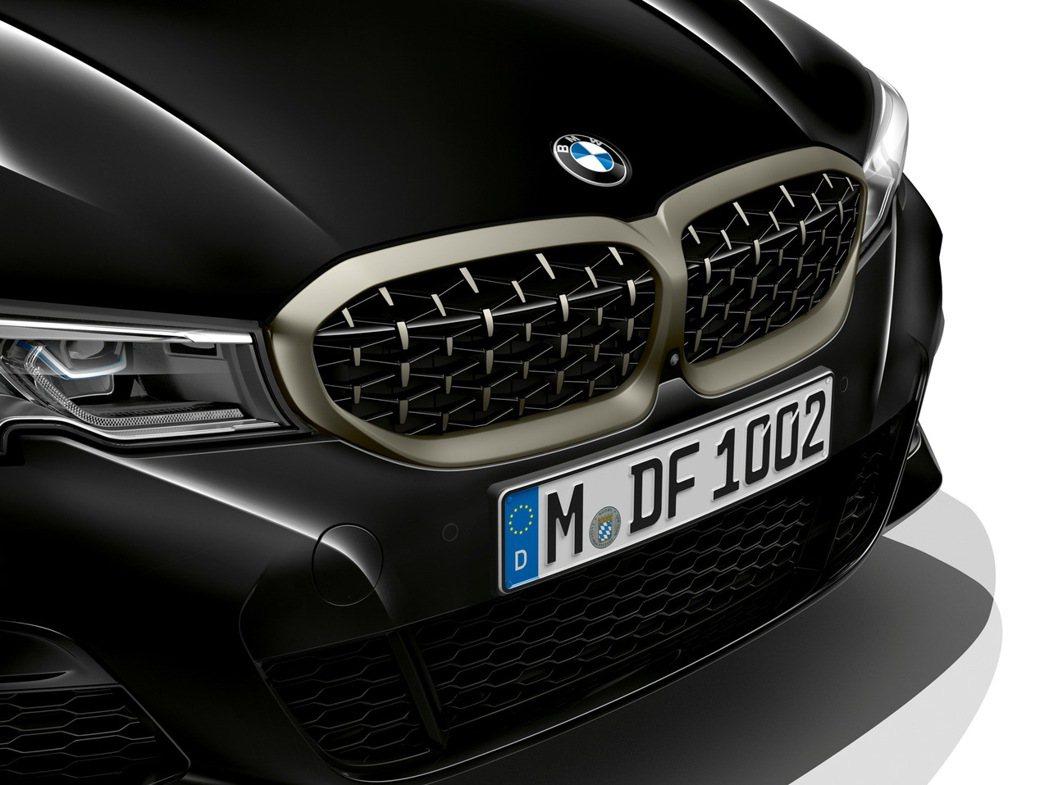 鈰灰色雙腎形水箱護罩搭配3D立體網狀造型,為車款開啟濃郁的競技氛圍。 圖/汎德提...
