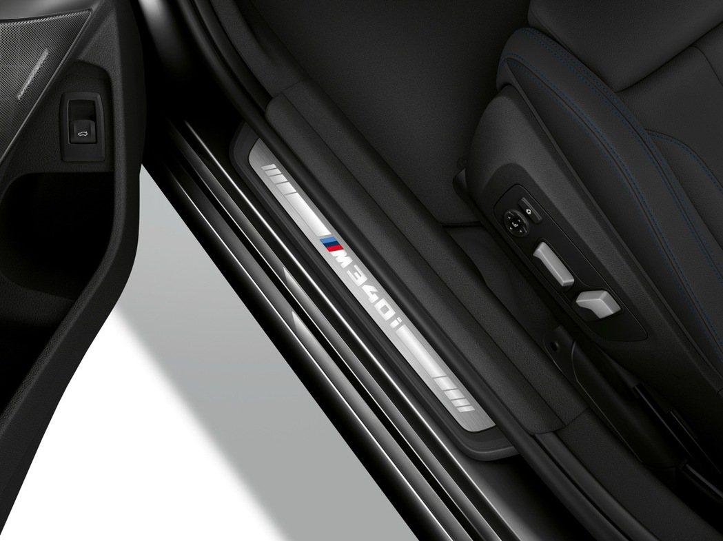 12.3吋虛擬數位儀錶板上與迎賓踏板上獨有的M340i標誌,由衷地歡迎且期待著車...
