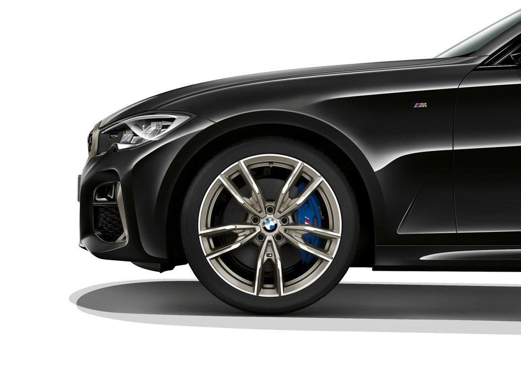 9吋M款雙幅式輕量化輪圈與印有M標誌的M款專屬藍色卡鉗,極其暢快的速度與熱血彭湃...