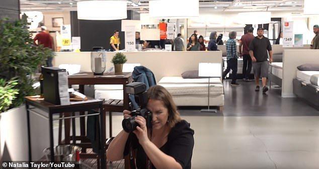 娜塔莉亞與攝影師朋友在IKEA拍攝,期間受到路人和店員的觀看,讓她有點尷尬。 圖...