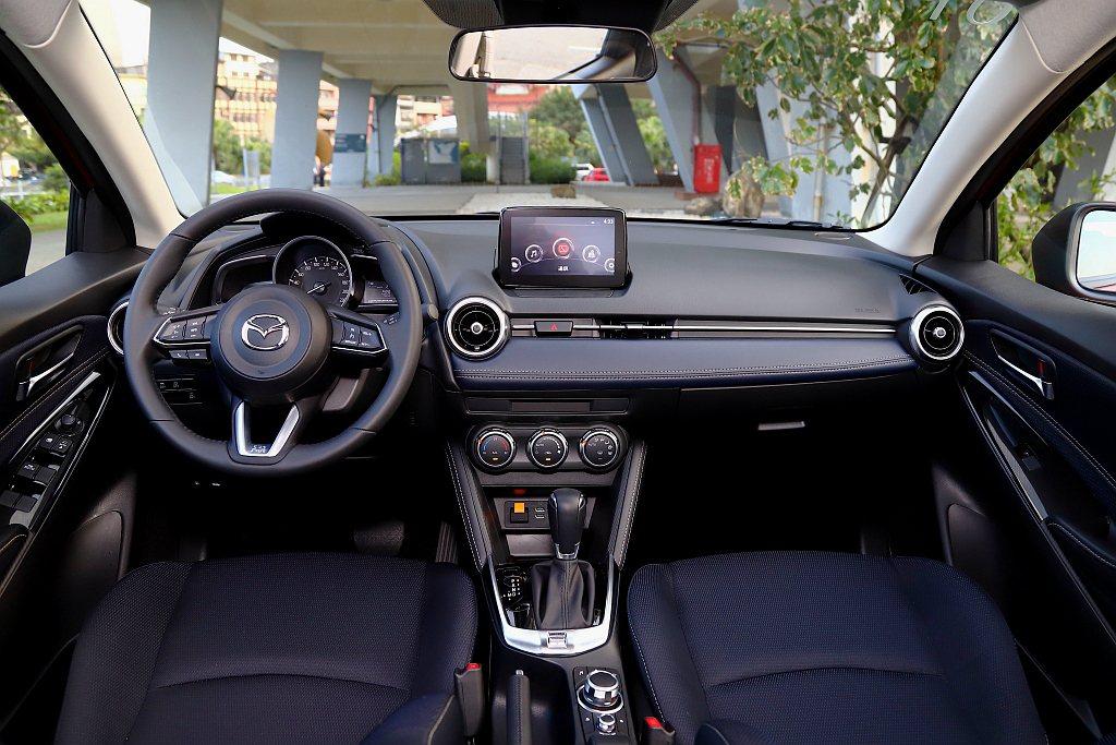 小改款Mazda 2的控台架構維持不變,內裝風格則改用較年輕的藍/黑雙色來呈現。...