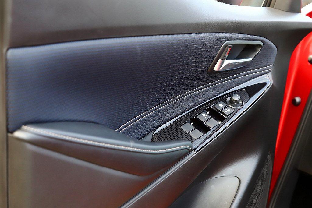 藍/黑雙色車門飾板更顯車艙科技氣息。 記者張振群/攝影