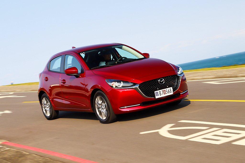 小改款Mazda 2針對懸吊系統,調整阻尼反應與後懸吊上座等處加以改進,相比小改...