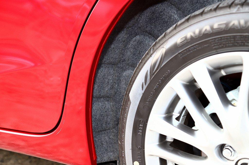 車艙隔音也是這次小改款Mazda 2的重點,最特別的地方就是連後輪拱內都增加隔音...