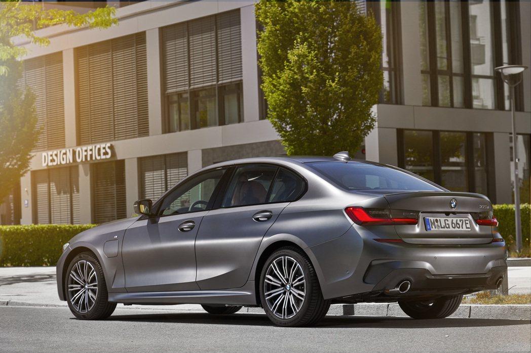 新世代BMW 330e Plug-in Hybrid Sedan。 摘自BMW