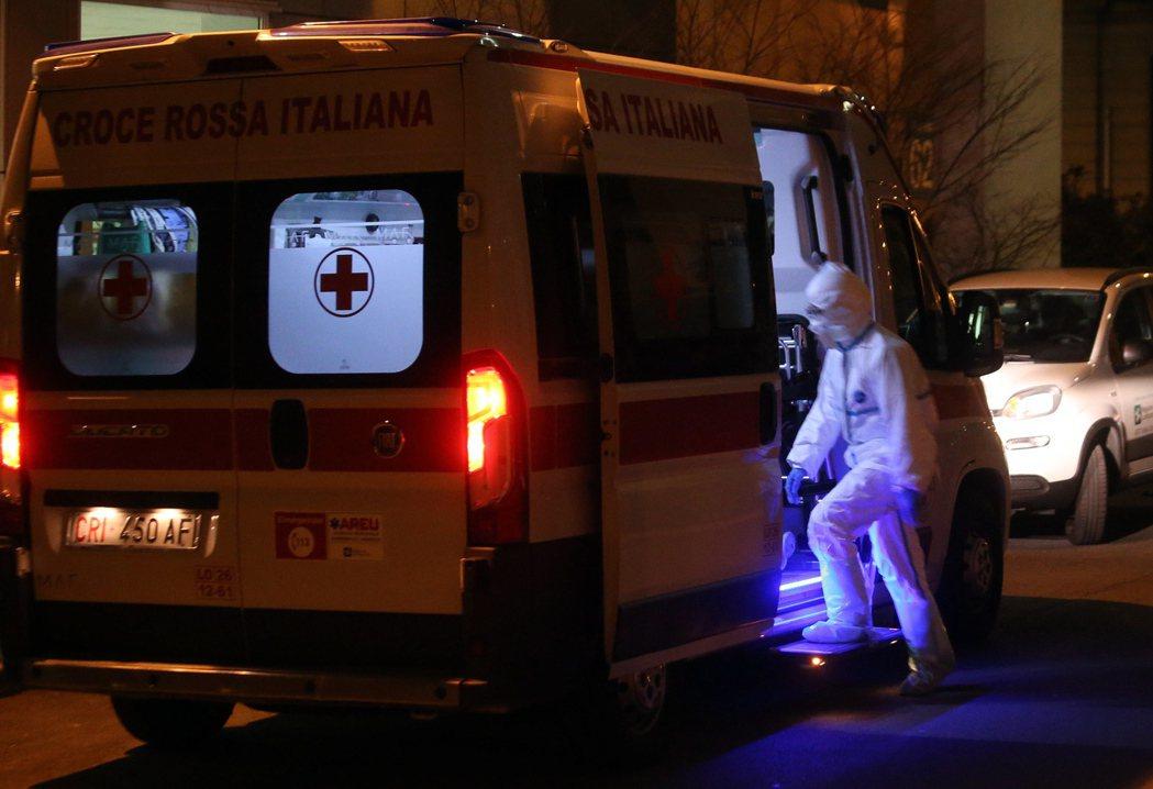 義大利確診人數暴增,圖為載運患者的救護車。歐新社