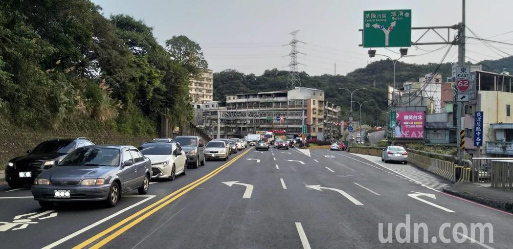 公路總局拆除基金二路中央分隔島,拓寬成3線道,有效減少回堵狀況發生。記者邱瑞杰/...