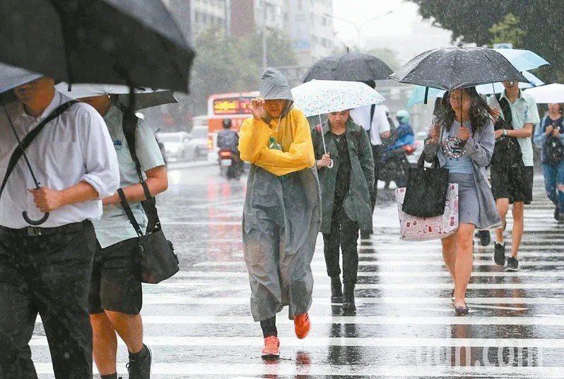 受到東北季風增強影響,迎風面北部、東半部將有雨勢。聯合報系資料照
