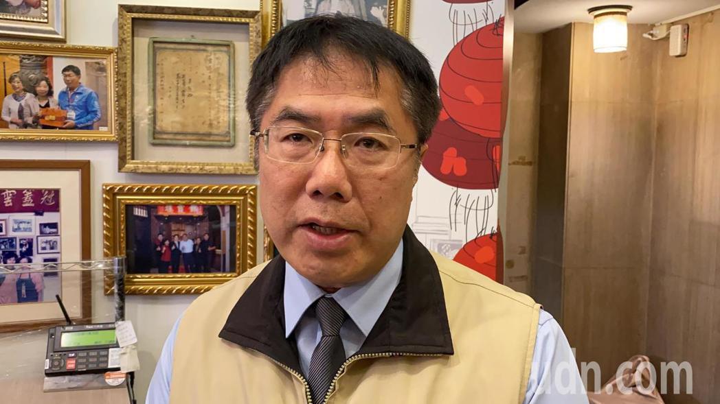 台南市長黃偉哲認為,一旦學校有個案發生,師生及家長心理因素影響會很大,他會從嚴擬...