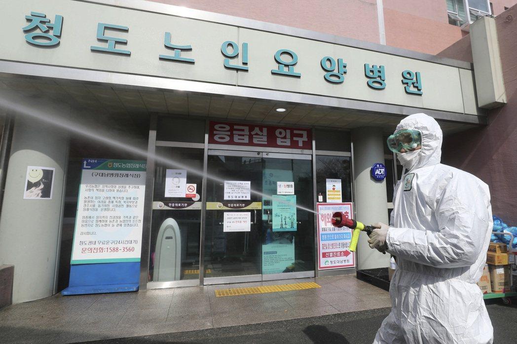 南韓淸道大南醫院爆發院內集體感染,22日新增92例新冠肺炎確診病例。美聯社