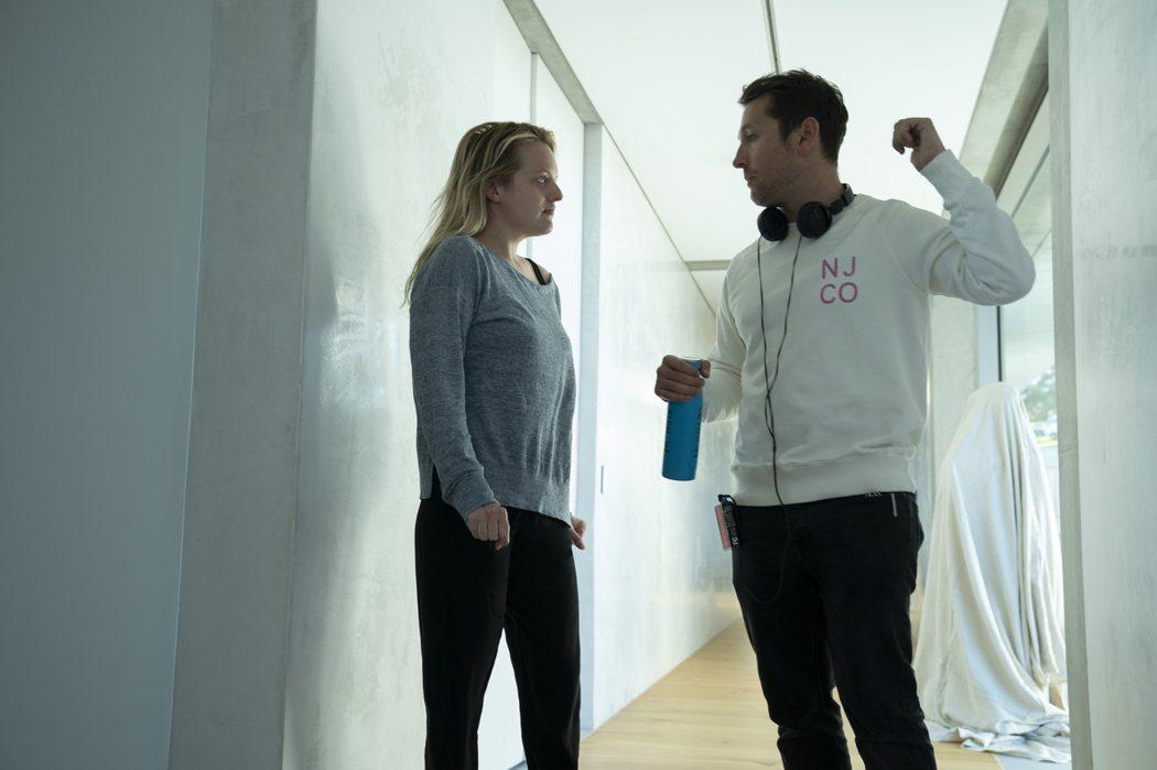 導演雷沃納爾(右)與伊莉莎白摩斯合作拍攝「隱形人」。圖/UIP提供