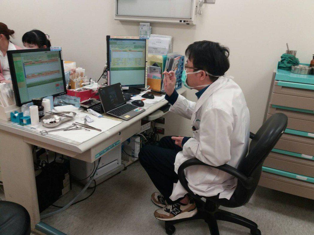衛生局表示,目前已透過視訊功能協助一名居家檢疫民眾診治輕微摔傷。圖/新竹市政府提...