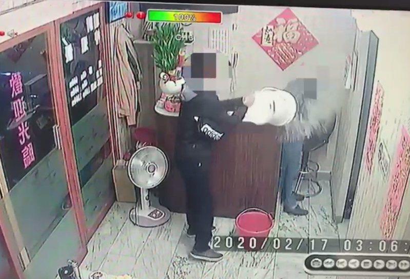 蘇嫌(左)提著2桶汽油衝進養生館,將汽油潑到養生館郭姓男員工身上。記者林昭彰/翻攝