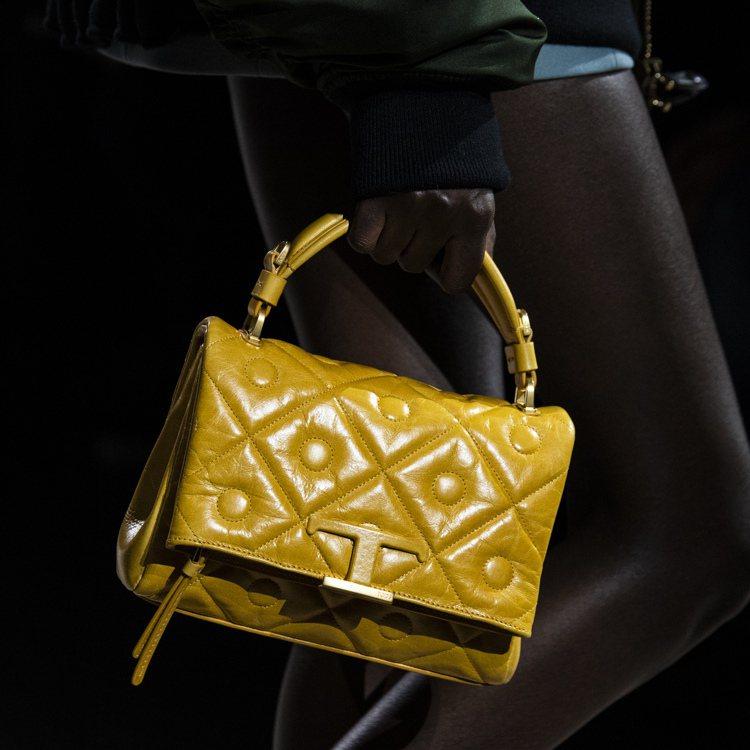 勃根地紅、鵝黃手提包,都以內斂優雅的半包覆方式設計。圖/TOD'S提供