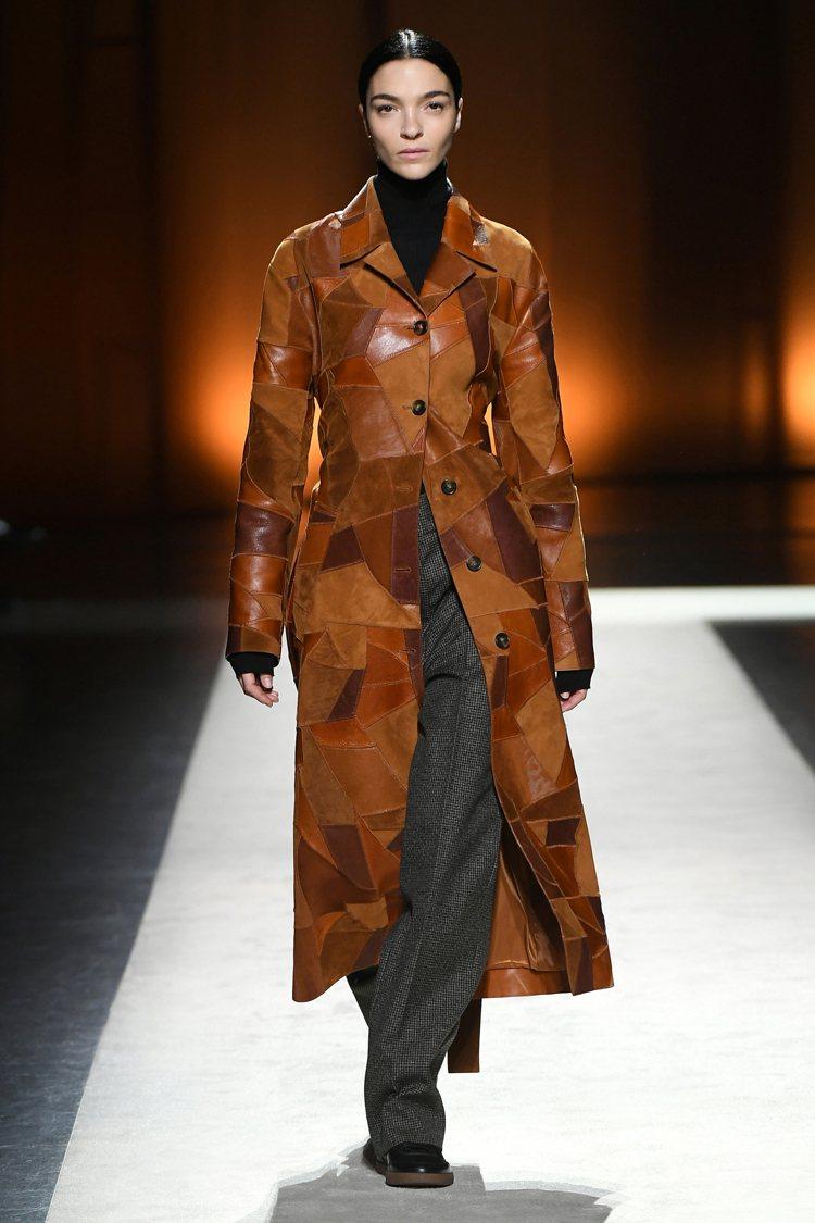 運用切割、拼接、異材質等技術打造而成的大衣,是秋冬季的搶眼之作。圖/TOD'S提...