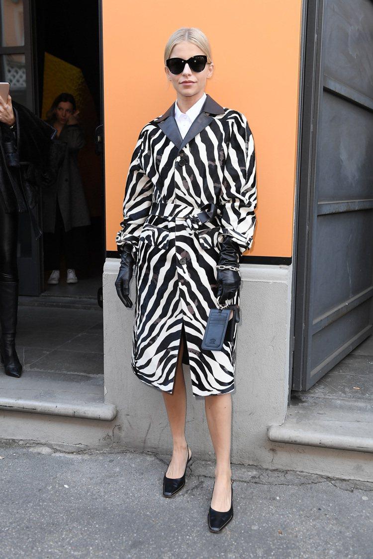 網紅Caro Daur以存在感超強的大衣出席TOD'S大秀。圖/TOD'S提供