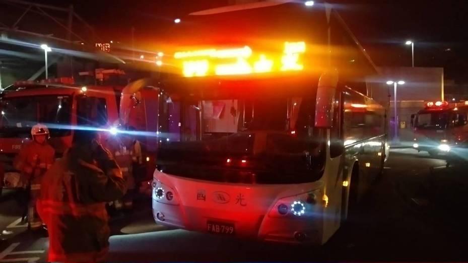 林姓男子昨晚駕駛國光客運在基隆火車站北站旁輾死金姓男子,員警到場採證,調查肇事責任。記者邱瑞杰/翻攝