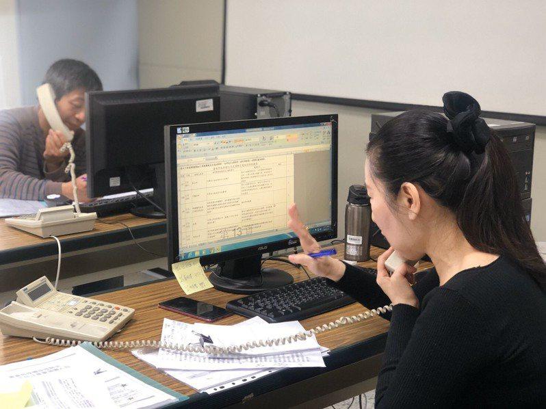 中央流行疫情指揮中心統計,17日1922進線量是6614通、18日為4886通,一般都是在4000至8000通左右,但今天從深夜零時到下午2時就進線超過3萬通,比平常高出數倍,圖為示意圖,非新聞當事者。圖/台南市衛生局提供