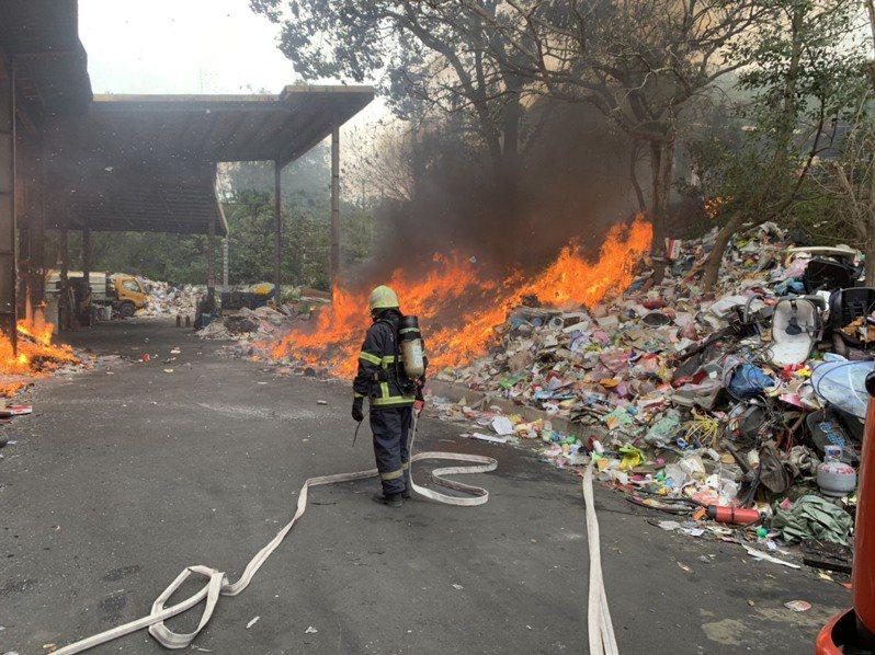 苗栗縣苑裡鎮水坡里垃圾場的資源回收區近中午時發生火警。圖/苗栗縣消防局提供