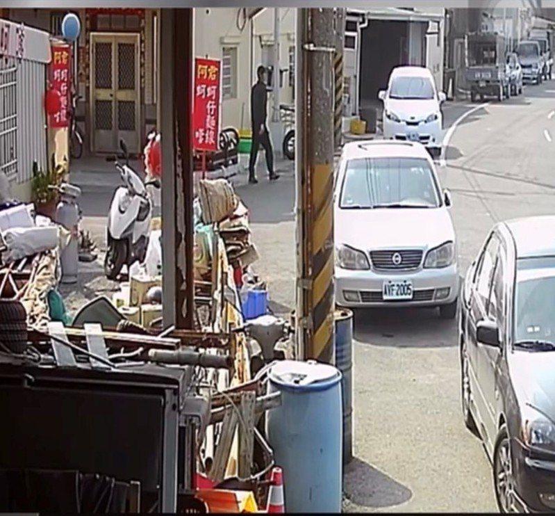 台南將軍區青鯤鯓漁港槍擊命案,凶嫌穿黑衣搭白車前往作案畫面。記者吳淑玲/翻攝