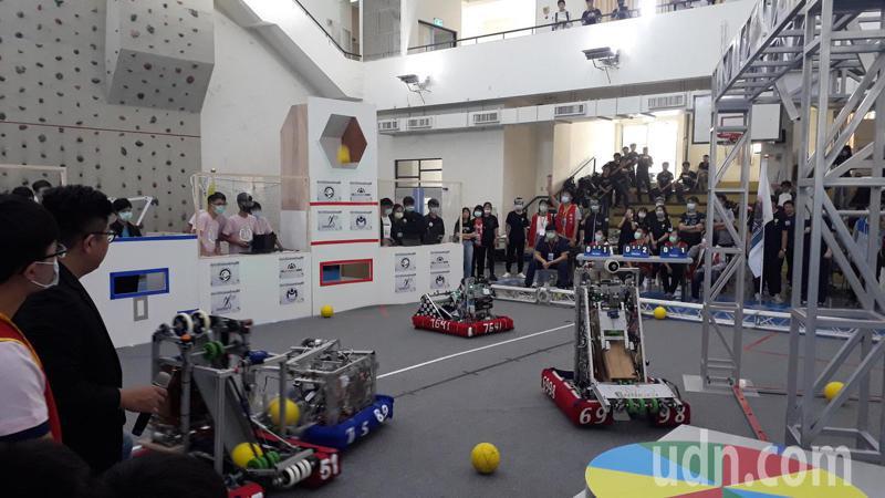 全球機器人大賽將登場,南科今台灣模擬賽,各隊機器人要依照設定設法投球進框,非常困難。記者周宗禎/攝影