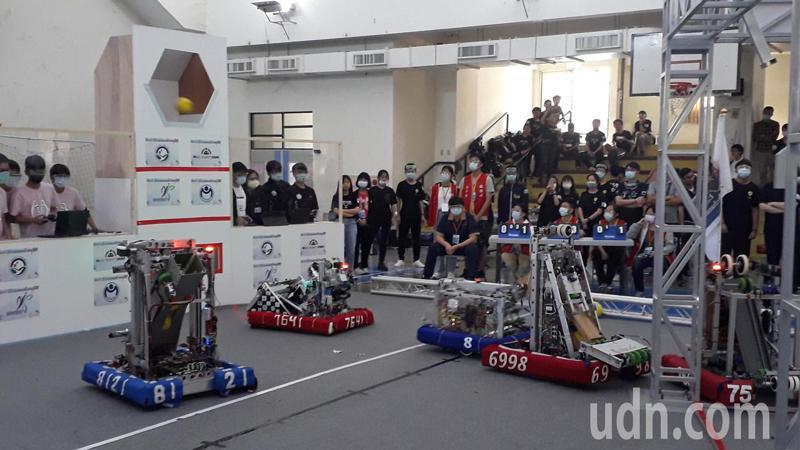 全球機器人大賽將登場,南科今台灣模擬賽,各隊機器人要依照設定攻防並設法將球投進框,非常困難。記者周宗禎/攝影