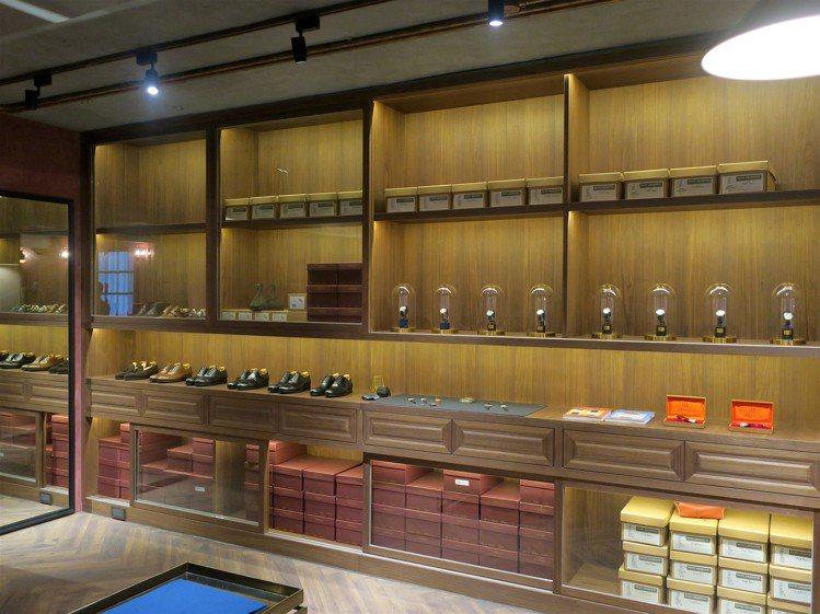 約二十坪的空間內,除販售歐美鞋履品牌、並提供擦鞋與手沖咖啡的複合式服務。圖 / ...