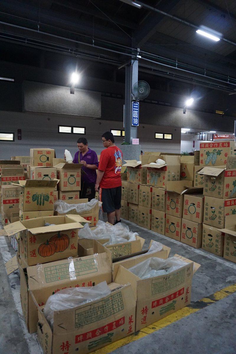 新北果菜公司總經理江惠貞表示,「實名制就是給蔬菜身分證」,只要農民有一項蔬菜農藥超標,就會延後拍賣或是不讓進場拍賣。圖/新北果菜公司提供