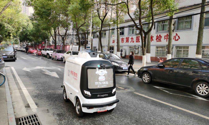 京東的無人配送車。圖/搜狐新聞