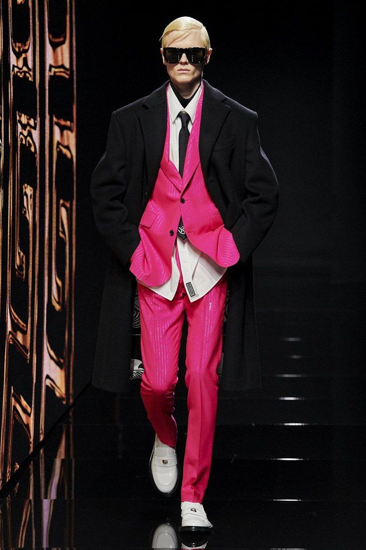 誇耀的螢光粉色,呼應VERSACE拒絕討好別人而打扮的設計出發點。圖/VERSA...