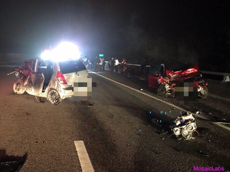 國道三號北上高雄田寮段今天凌晨發生1車自撞後,後方3車接連追撞,造成1死。記者林伯驊/翻攝