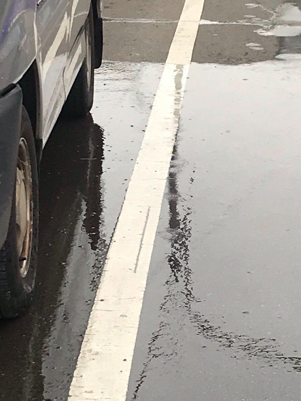 苗栗市文發路416巷附近上午發生天然氣管線漏氣意外,氣體從路面裂縫冒出。圖/苗栗...