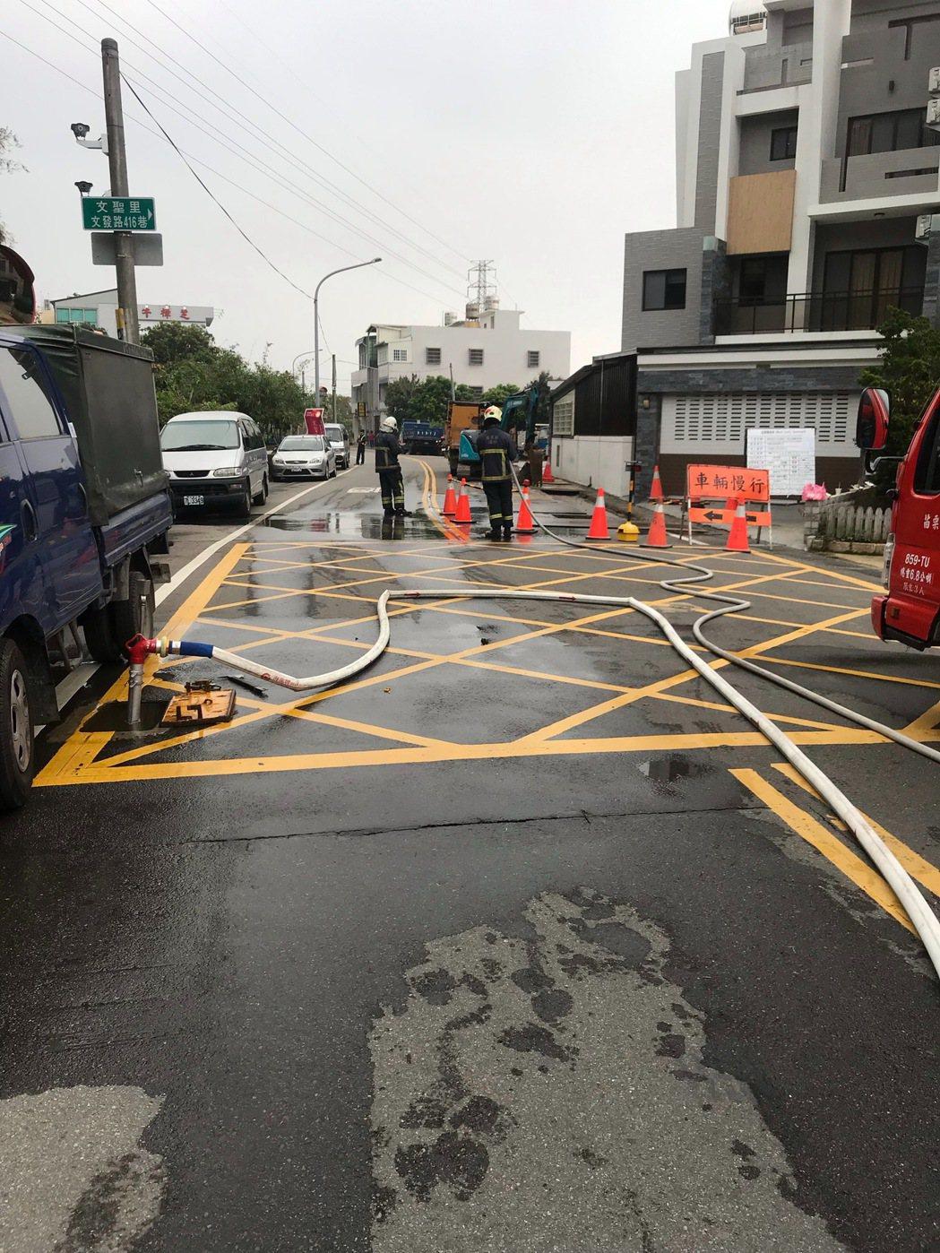 苗栗市文發路416巷附近上午發生天然氣管線漏氣意外,氣體從路面裂縫冒出,檢測瓦斯...