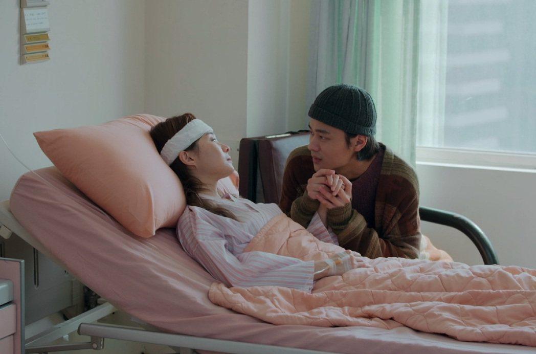 夏騰宏(右)、鄭宜農在「鏡子森林」戲中飾演情侶檔,醫院感情戲相當動人。圖/公視提...