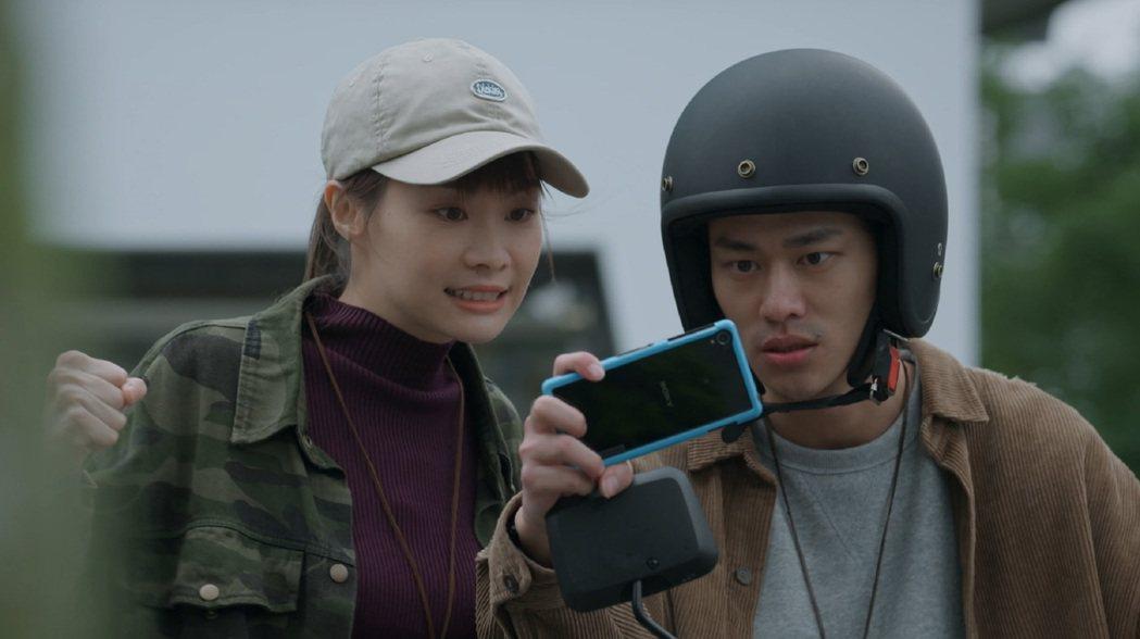 夏騰宏(右)、鄭宜農在「鏡子森林」中飾演情侶檔,最後選擇奮力一搏蒐集政客證據。圖